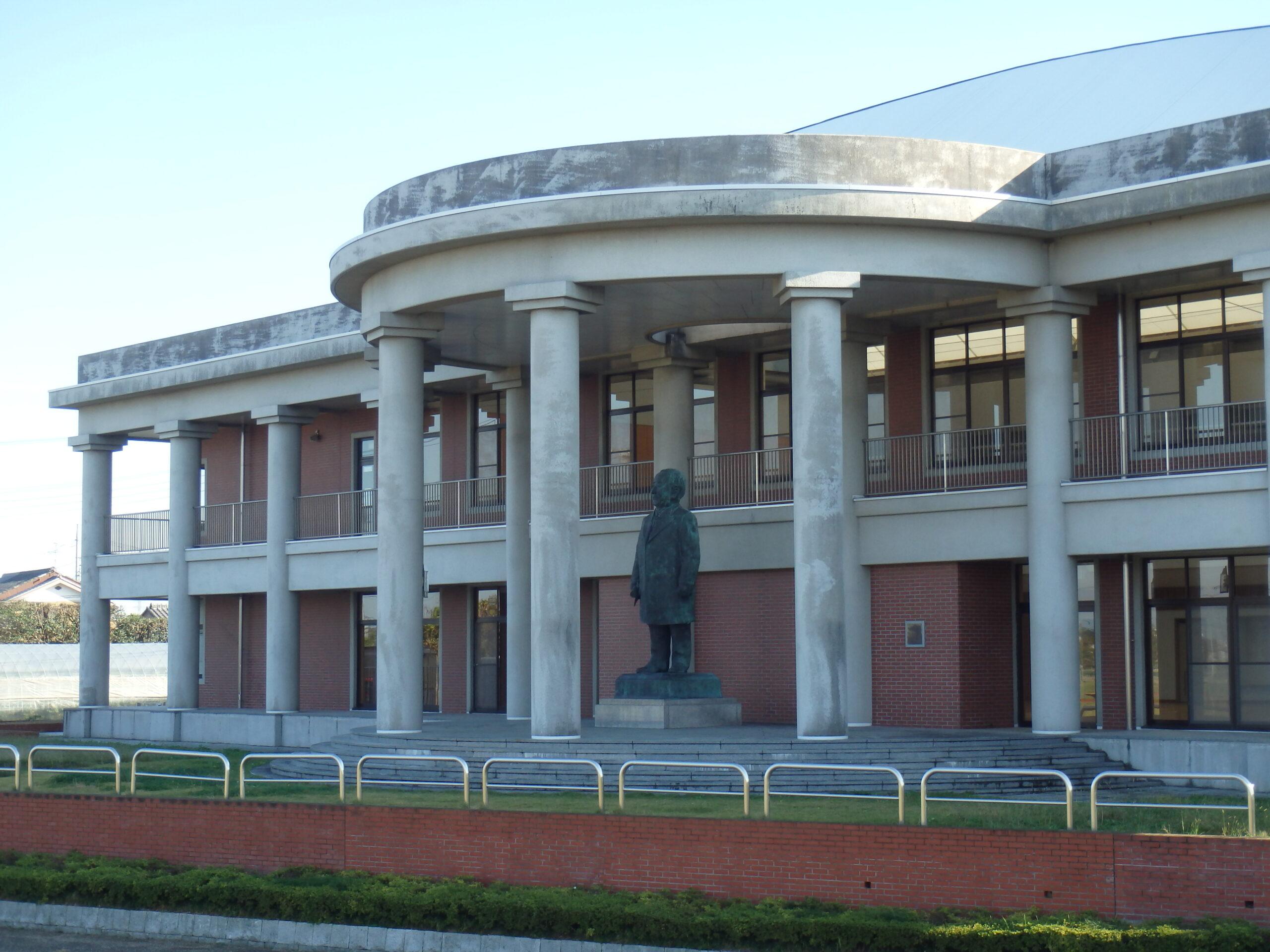 渋沢栄一記念館 外観(銅像あり)