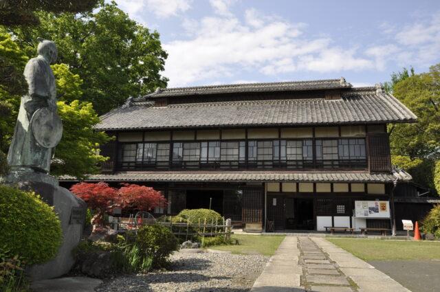 旧渋沢邸「中の家」(銅像あり)外観